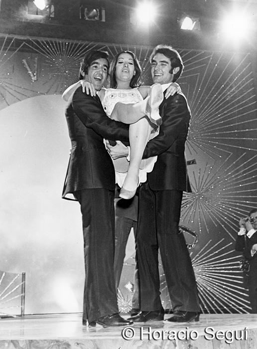 Massiel levantada por el Ramón y Manolo, del duo dinámico.