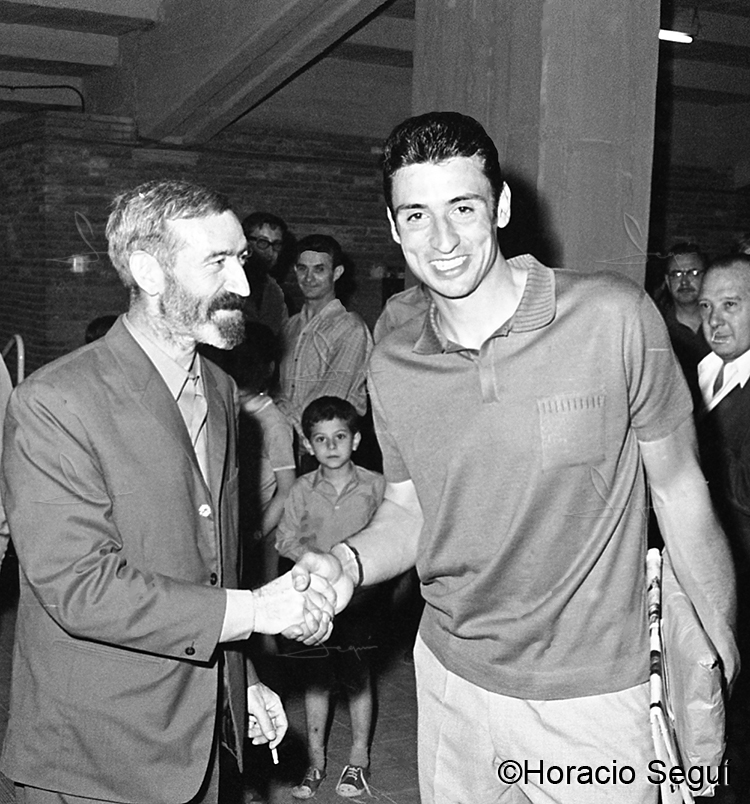 Vicens Ferrer saluda a Salvador Sadurní. Camp Nou. 6 de juny de 1968.